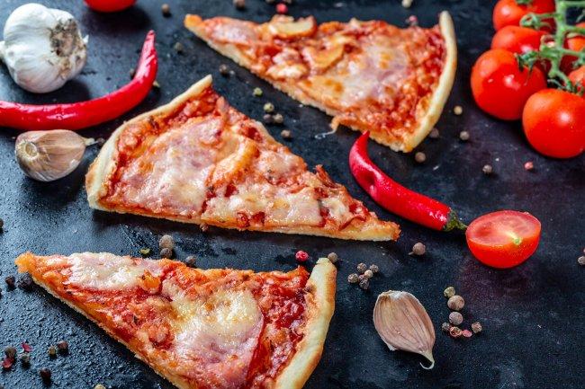 Кусочки пиццы и овощи