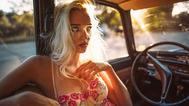 Девушка в ретро автомобиле