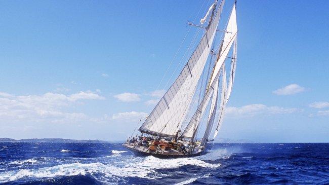 Парусное судно в небольшой шторм
