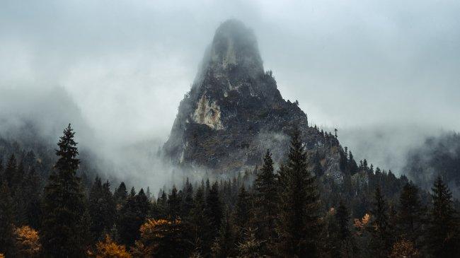 Горная вершина алтаря каньона Биказ, Румыния