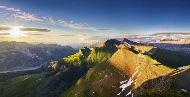 Панорама гор в швейцарских Альпах на закате