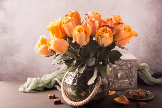Букет желтых роз в винтажной вазе