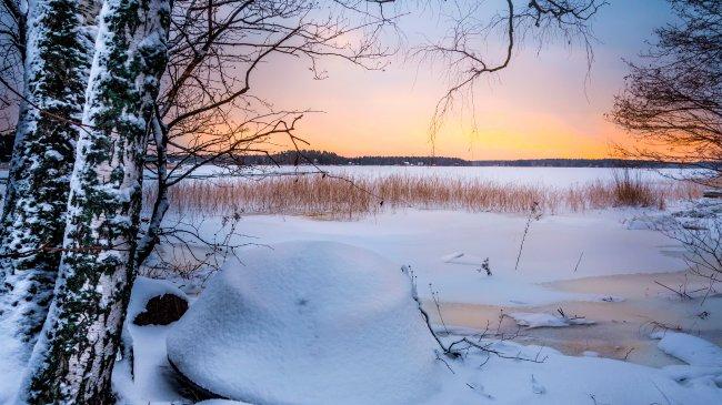 Замерзшее озеро в Финляндии