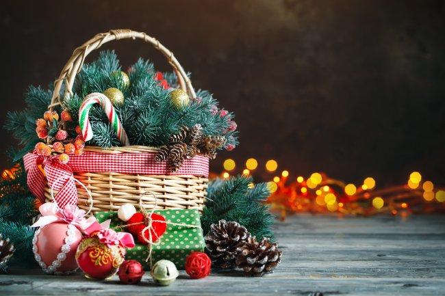 Корзина с елочными игрушками и рождественскими подарками