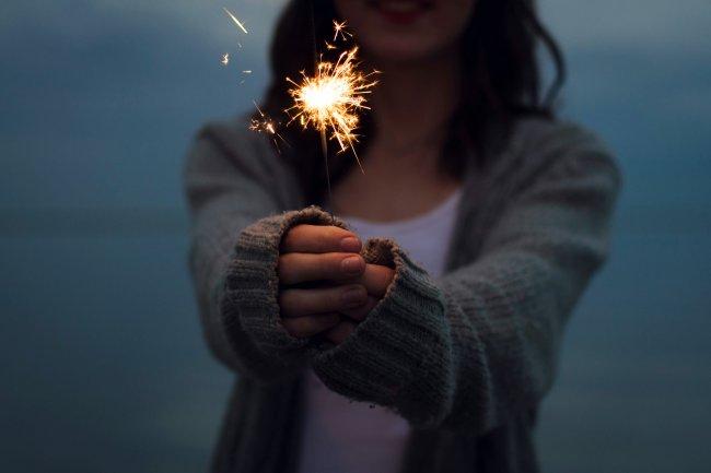 Девушка с бенгальским огнем в руке