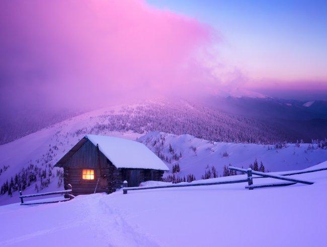 Домик среди снега в горах
