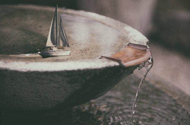 Игрушечный парусник в фонтане
