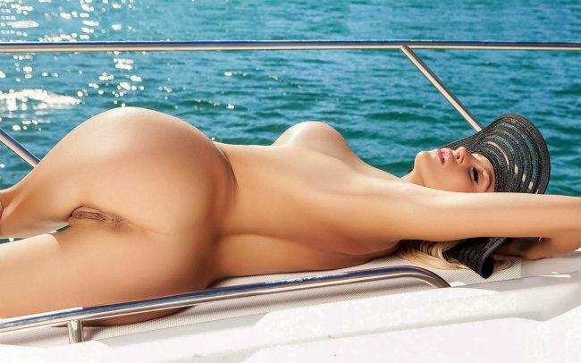 Обнажённая девушка на яхте