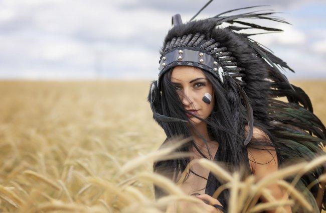 Девушка в индейском головном уборе из перьев