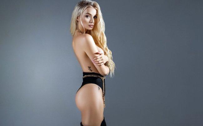 Блондинка с небольшой татуировкой на теле
