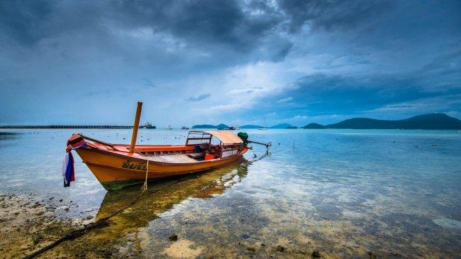 Длиннохвостая лодка у Таиландского берега