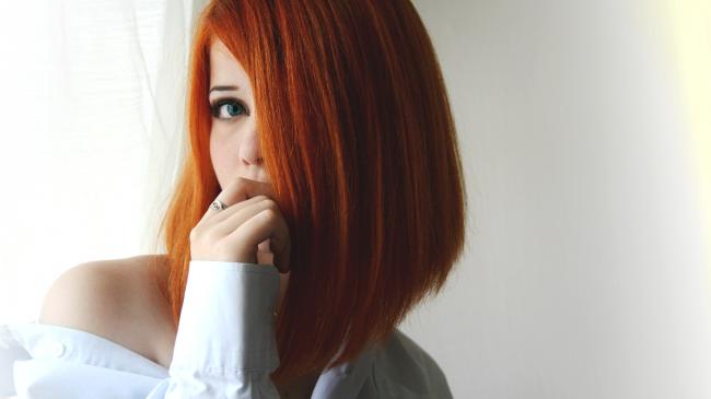 Девушка с короткими рыжими волосами
