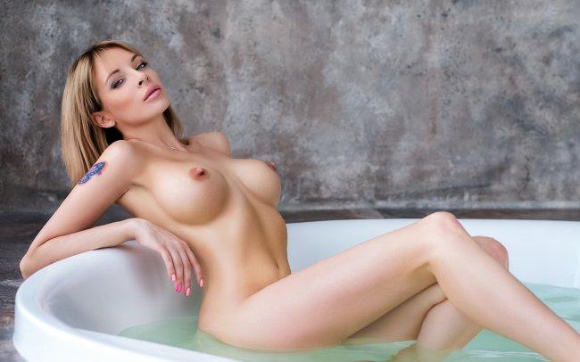 Обнаженная девушка в ванной