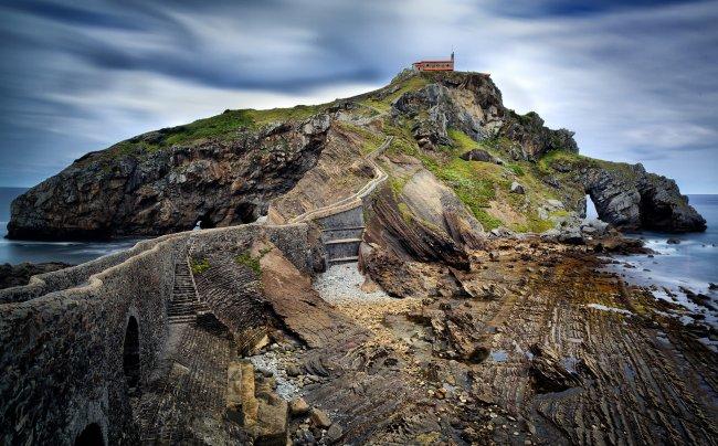 Островок Гастелугаче на побережье Бискайского залива, Испания