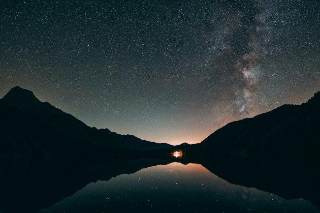 Силуэтная фотография горы и спокойного водоема