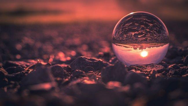 Отражение сельской местности в хрустальном шаре